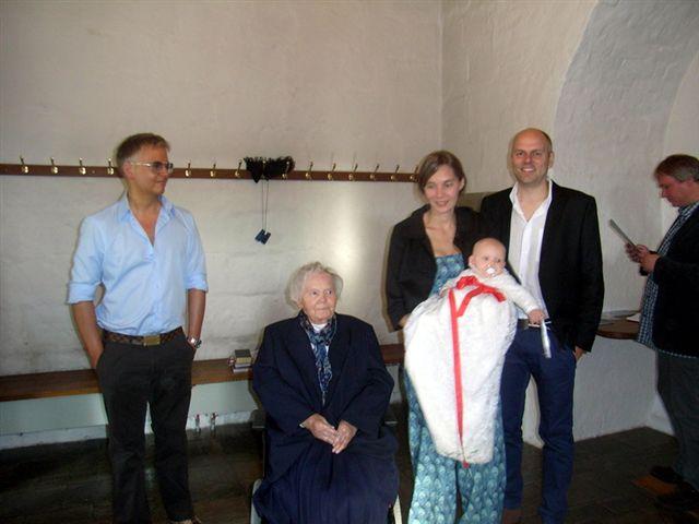 Astrid bliver døbt, familien er stolt !